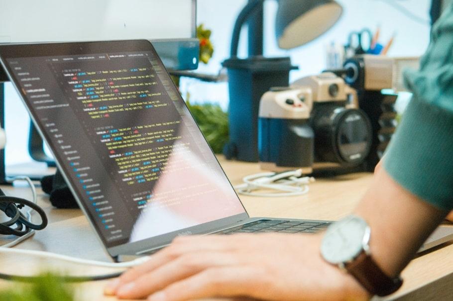 Programiranje nije za natprosječno pametne, već natprosječno uporne.  <cite>Paragon</cite>